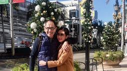 Peluk mesra Bunga dan Sukhdev ketika menghabiskan waktu liburan mereka di Amerika beberapa waktu lalu.(Liputan6.com/IG/@bungazainal05)