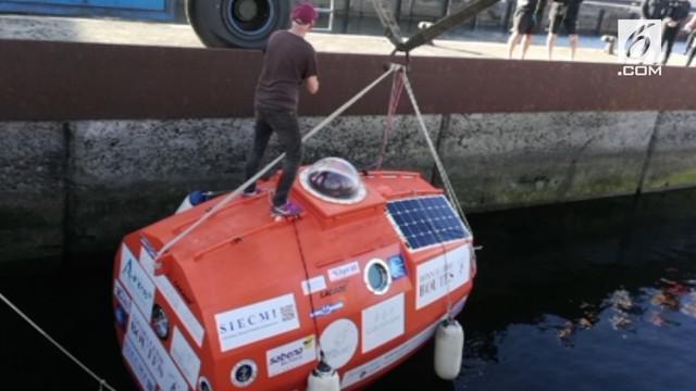Seorang pria berusia 71 tahun berlayar melintasi Samudera Atlantik dengan menggunakan kapsul berbentuk tong. Ia meninggalkan El Hierro dan berharap mencapai Karibia dalam tiga bulan.