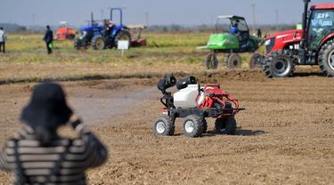Kendaraan otonomos untuk perlindungan tanaman beraksi dalam acara peragaan pertanian cerdas di Kota Jiangxiang di Wilayah Nanchang, Provinsi Jiangxi, China, 14 November 2020. Beragam alat pertanian yang diproduksi oleh lebih dari 20 perusahaan ditampilkan di acara tersebut. (Xinhua/Peng Zhaozhi)