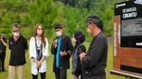 Menparekraf Sandiaga Uno bersama Cinta Laura dan Ega D'Academy sosialisasi Anugerah Desa Wisata 2021 di Desa Cibuntu Kabupaten Kuningan Jawa Barat. Foto (Liputan6.com / Panji Prayitno)