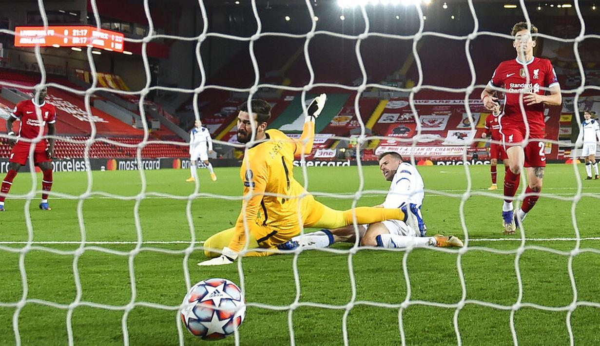 Pemain Atalanta Josip Ilicic (kanan tengah) mencetak gol ke gawang Liverpool yang dijaga Alisson (kiri tengah) pada pertandingan Grup D Liga Champions di Anfield Stadium, Liverpool, Inggris, Rabu (25/11/2020). Atalanta mengalahkan Liverpool 2-0. (Laurence Griffiths/Pool via AP)