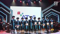 Sejumlah wisudawan dan wisudawati berdiri didepan saat mengikuti wisuda ATVI ke-X di Jakarta, Kamis (7/12). Sebanyak 110 wisudawan dan wisudawati ATVI mengikuti wisuda ke-X. (Liputan6.com/Angga Yuniar)