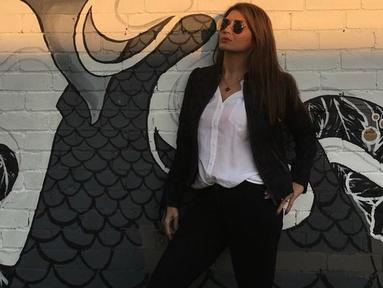 Lama tak muncul di industri hiburan yang membesarkan namanya, usut punya usut Tamara Bleszynski sedang menggeluti profesi barunya sebagai pengusaha restoran. Kendati banyak menghabiskan waktunya di restoran, Tamara selalu tampil modis bak anak muda. (Liputan6.com/IG/@tamarableszynskiofficial)