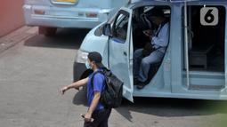 Sopir angkutan umum saat menunggu penumpang di Terminal Kampung Melayu, Jakarta, Selasa (21/4/2020). Pengusaha angkutan umum lebih memilih untuk mengandangkan kendaraannya akibat penerapan PSBB. (merdeka.com/Iqbal S. Nugroho)