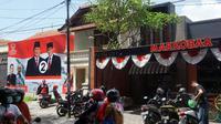 BPN Prabowo-Sandi mendirikan posko pemenangan yang berdekatan dengan gerai Markobar milik putra sulung Presiden Jokowi di Solo, Selasa (15/1).(Liputan6.com/Fajar Abrori)