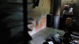 Seorang pekerja India menyiapkan bihun di sebuah pabrik di Prayagraj, India pada 25 April 2020. Bihun diminati di kalangan Muslim ketika mereka berbuka puasa selama bulan suci Ramadan. (AP Photo/Rajesh Kumar Singh)