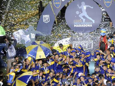 Pemain Boca Juniors merayakan juara Copa Diego Armando Maradona usai mengalahakan Bandfield di San Juan del Bicentenario Stadium, Selasa (19/1/2021). Boca Juniors menang 5-3 atas Banfield lewat adu penalti. (AFP/Andres Larrovere/various sources)