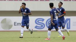 Gelandang PSIS Semarang, Fandi Eko Utomo (kiri) melakukan selebrasi usai mencetak gol kedua ke gawang Persikabo 1973 dalam laga matchday ke-2 Grup A Piala Menpora 2021 di Stadion Manahan, Solo, Kamis (25/3/2021). PSIS menang 3-1 atas Persikabo 1973. (Bola.com/Arief Bagus)