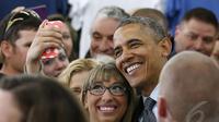 Obama berfoto selfie dengan salah seorang warga usai berpidato, California, 9 Mei 2014 (REUTERS / Kevin Lamarque).