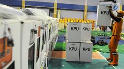 Petugas PPSU menata logistik pemilu 2019 di Gelanggang Olahraga Remaja, Jakarta Pusat, Selasa (16/4). Logistik tersebut akan distribusikan kesejumlah kelurahan dan Tempat Pemungutan Suara (TPS) yang tersebar di Kecamatan Senen, jelang Pemungutan Suara 17 April 2019. (Liputan6.com/Herman Zakharia)