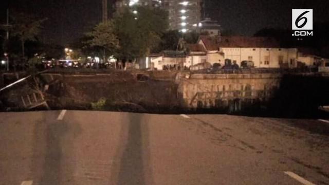 Kepala Humas BNPB Sutopo Purwo Nugroho menjelaskan kemungkinan amblasnya jalan Gubeng, Surabaya akibat kesalahan konstruksi.