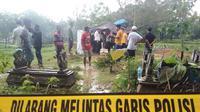 Tim Latfor Polda Jatim sedang megautopsi mayat korban yang diduga meninggal akibat diracun (Liputan6.com/Mohamad Fahrul).