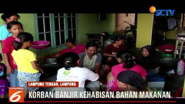 Banjir di Lampung Tengah terjadi akibat meluapnya Sungai Way Tipo. Warga dari Dusun Tujuh, Desa Goras Jaya kini mengungsi di SDN 4 Keseuma Dadi.