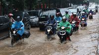 Sejumlah kendaraan melewati banjir yang merendam Jalan Lapangan Banteng Utara, Jakarta, Kamis (15/2). Hujan deras yang mengguyur dan buruknya drainase menyebabkan kawasan tersebut banjir hingga setinggi lutut orang dewasa. (Liputan6.com/Immanuel Antonius)