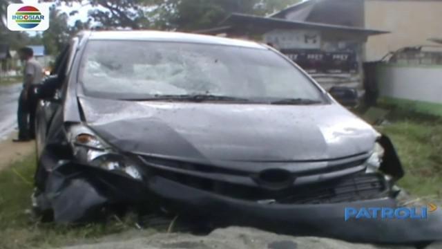 Mobil melaju dengan kecepatan tinggi menabrak siswa sekolah dasar di Jalan Kabowa, Sulawesi Tenggara yang hendak menyebrang menuju sekolah.