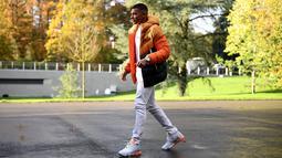 Penyerang Kylian Mbappe tiba di tempat pelatihan tim nasional Prancis Prancis di Clairefontaine en Yvelines (11/11/2019). Kylian Mbappe tampil keren dengan kaos putih dan jaket orange. (AFP Photo/Franck Fife)