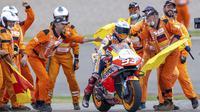 Para marshal merayakan kemenangan pembalap Marc Marquez pada balapan MotoGP di Sirkuit Sachsenring, Hohenstein-Ernstthal, Jerman, Minggu (20/6/2021). Marc Marquez mempertegas status sebagai raja Sachsenring usai memenangkan MotoGP Jerman 2021. (Jens Buettner/dpa via AP)