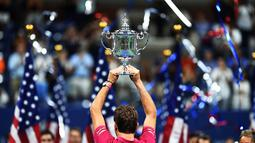 Petenis Swis, Stan Wawrinka  mengangkat trofi juara tunggal putra AS Terbuka 2016 saat mengalahkan Novak Djokovicdi USTA Billie Jean King National Tennis Center, New York, (11/9/2016). (AFP/Jewel Samad)