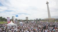 Suasana saat Monas dipenuhi massa yang menggelar aksi Reuni 212, Jakarta, Sabtu (2/12). Aksi ini juga  mempertemukan kembali umat Islam dari berbagai daerah yang pernah ikut dalam aksi 212 tahun lalu. (Liputan6.com/Herman Zakharia)