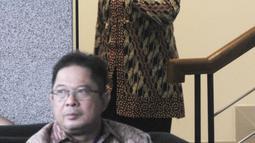 Wakil Ketua Umum Partai Demokrat, Nurhayati Ali Assegaf menuruni tangga seusai menjalani pemeriksaan di gedung KPK, Jakarta, Selasa (26/6). Nurhayati diperiksa sebagai saksi  dalam kasus korupsi proyek e-KTP. (Merdeka.com/Dwi Narwoko)