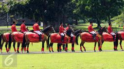 Sejumlah personel Paspamres mengenakan pakaian adat daerah di kawasan Istana Bogor, Rabu (1/3). Hal ini terkait upacara penyambutan kadatangan Raja Arab Saudi Salman bin Abdulaziz. (Liputan6.com/Helmi Fithriansyah)