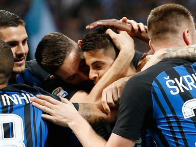 Pemain Inter Milan merangkul rekan setimnya, Joao Cancelo setelah mencetak gol ke gawang Cagliari pada laga pekan ke-33 Serie A, di Giuseppe Meazza, Selasa (17/4).  Inter Milan memetik kemenangan meyakinkan dengan skor 4-0. (AP/Antonio Calanni)