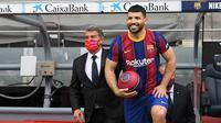 Penyerang: Sergio Aguero. Pemain berusia 33 tahun ini dikontrak Barcelona selama 2 tahun dengan klausul pembelian 100 juta euro usai dilepas gratis Manchester City. Ia juga ingin bermain bersama Lionel Messi, namun akhirnya La Pulga justru meninggalkan Barcelona. (Foto: AFP/Lluis Gene)