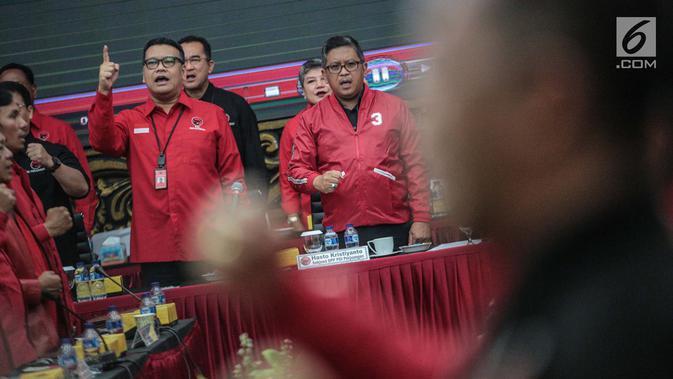 Sekjen PDIP Hasto Kristyanto bersama Wasekjen Eriko Sotarduga saat Rakornas pemenangan Pileg dan Pilpres 2019 di kantor DPP PDIP, Jakarta, Sabtu (1/12). Rakornas mengambil tema 'Berjuang Untuk Kesejahteraan Rakyat'. (/Faizal Fanani)