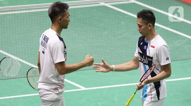 Pebulutangkis Indonesia, Fajar Alfian/Muhammad Rian Ardianto usai melawan Qu Xuan Yi/Zhang Nan (China) pada babak kedua ganda putra Indonesia Masters 2020 di Istora GBK, Jakarta, Kamis (16/1/2020). Fajar/Rian unggul 21-10 12-21 21-19. (Liputan6.com/Helmi Fithriansyah)