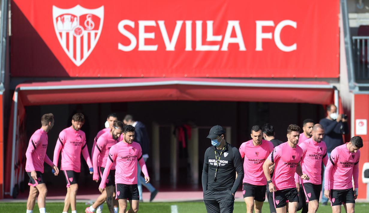 Para pemain Sevilla tiba menghadiri sesi latihan tim di tempat latihan Ciudad Deportiva Jose Ramon Cisneros Palacios,  Spanyol (16/2/2021). Sevilla akan bertanding melawan Borrusia Dortmund pada leg pertama babak 16 besar Liga Champions di Estadio Ramón Sánchez Pizjuán. (AFP/Cristina Quicler)