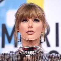 Penyanyi Taylor Swift menghadiri ajang American Music Awards 2018 di Microsoft Theater, Los Angeles, Selasa (9/10). Pulasan lipstik nude pun dipilih Taylor Swift untuk mengimbangi sapuan eyeshadow bergaya smokey. (Kevork Djansezian/Getty Images/AFP)