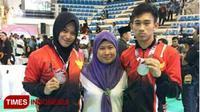 Sang ibunda Mairina Nawi (tengah), berfoto bersama anak dan mantunya, Iqbal dan Sarah, setelah keduanya berhasil merebut mendali emas pada ajang Asian Games 2018 di Jakarta. (Mairina Nawi for Times Indonesia)