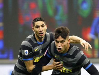 Striker Inter Milan, Lautaro Martinez, melakukan selebrasi bersama Achraf Hakimi usai mencetak gol ke gawang Benevento pada laga Liga Italia di Stadion Giuseppe Meazza, Minggu (31/1/2021), Inter Milan menang dengan skor 4-0. (AP/Luca Bruno)