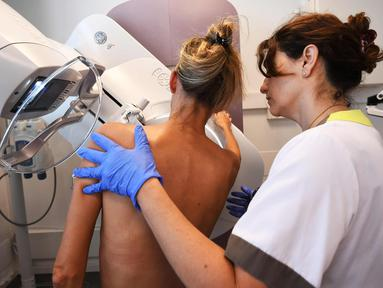 Seorang pasien memeriksa payudaranya dengan mammogram di pusat regional kanker di institut Paoli-Calmette, (9/10). Mammogram adalah proses pemeriksaan payudara manusia menggunakan sinar-X dosis rendah. (AFP Photo/Anne Christine Poujoulat)