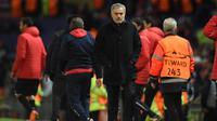 Ekspresi pelatih Manchester United, Jose Mourinho usai pertandingan melawan Sevilla pada leg kedua babak 16 Liga Champions di Old Trafford, Inggris (13/3). MU kalah atas Sevilla 2-1. (AFP Photo/Oli Scarff)