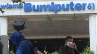 Nasabah Bumiputera melakukan aksi unjuk rasa Asuransi Jiwa Bersama (AJB) Bumiputera di depan kantor Wisma Bumiputera, Jakarta, Rabu (21/10/2020). Para korban gagal bayar AJB Bumiputera  menuntut kejelasan untuk polis dibayar. (merdeka.com/Imam Buhori)