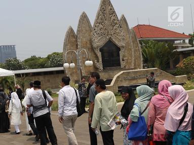 Warga antre masuk TMP Kalibata untuk melihat prosesi pemakaman Presiden RI ke-3 BJ Habibie, Jakarta, Kamis (12/9/2019). BJ Habibie wafat pada Rabu (11/9) di usia 83 tahun. (Liputan6.com/Helmi Fithriansyah)