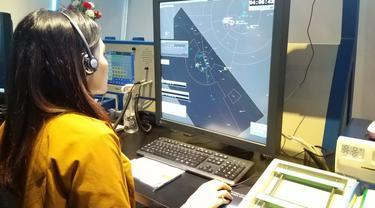 Petugas ATC AirNav Indonesia memantau penerbangan melalui radar