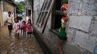 Ratusan rumah di tiga RW kampung Pulo, Jakarta Timur kembali terendam banjir kiriman dari Bogor.