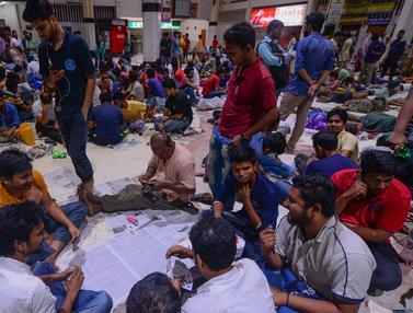 Warga Bangladesh Antre Tiket Mudik