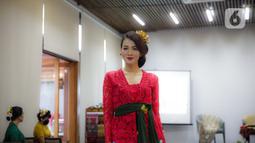 Anggota Perempuan Pelestari Budaya Indonesia mengenakan kebaya Bali dalam Fashion Show Virtual di Jakarta, Sabtu (21/11/2020). Acara ini juga sekaligus mendukung UMKM Bali khususnya para kelompok Tenun Bali pasca Pandemi Covid-19. (Liputan6.com/Faizal Fanani)