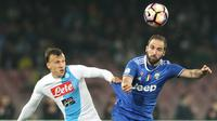 Striker Juventus, Gonzalo Higuain, duel udara dengan bek Napoli, Vlad Chiriches. Pada laga tersebut Napoli memakai skema 4-3-3 sementara Juventus dengan formasi 4-2-3-1. (AFP/Carlo Hermann).