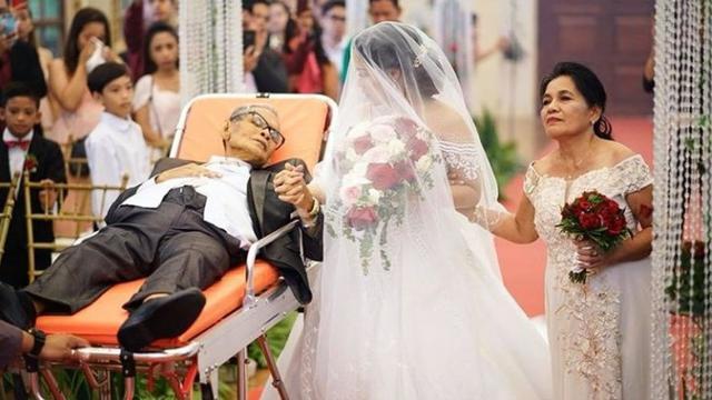 Sedih, Ayah Ini Mendampingi Putrinya Menikah Mengguanakan Tandu