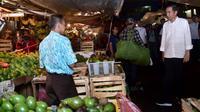 Presiden Joko Widodo (Jokowi) blusukan ke Pasar Bogor yang berlokasi di Jalan Roda, Kota Bogor, Selasa (30/10) malam. Presiden ingin mengetahui langsung dan memastikan harga-harga bahan pokok di pasar stabil. (Liputan6.com/HO/Biro Pers Setpres)