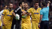 Kiper Juventus, Gianluigi Buffon memprotes wasit Michael Oliver saat bermain di kandang Real Madrid pada leg kedua perempat final Liga Champions, Rabu (11/4). Buffon marah setelaH wasit memberikan hadiah penalti kepada Real Madrid. (OSCAR DEL POZO/AFP)