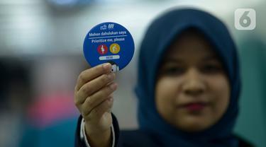 Petugas PT Moda Raya Terpadu (MRT) menunjukkan pin penumpang prioritas di Stasiun MRT Bundaran HI, Jakarta, Jumat (10/1/2020). PT MRT membagikan pin penumpang prioritas kepada lansia, ibu hamil, dan disabilitas fisik. (merdeka.com/Imam Buhori)