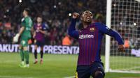 Striker Barcelona, Malcom, melakukan selebrasi usai mencetak gol ke gawang Cultural Leonesa pada laga Copa del Rey di Stadion Camp Nou, Rabu (5/12). Barcelona menang 4-1 atas Cultural Leonesa. (AP/Manu Fernandez)