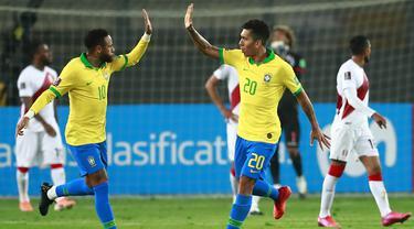 Striker Brasil, Neymar, merayakan gol yang dicetaknya ke gawang Peru pada laga lanjutan kualifikasi Piala Dunia 2022 zona Amerika Selatan, di Estadio Nacional de Lima, Rabu (14/10/2020) pagi WIB. Brasil menang 4-2 atas Peru. (AFP/Daniel Apuy/pool)