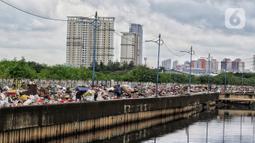 Tumpukan sampah sisa banjir yang dikumpulkan dari sepanjang Kali Cengkareng, Jakarta Barat, Kamis (9/1/2020). Sampah sisa banjir tersebut selanjutnya akan dibawa menggunakan truk pengangkut ke TPA Bantar Gebang. (Liputan6.com/Johan Tallo)