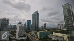 Suasana gedung pencakar langit yang berada di tengah-tengah ibukota, Jakarta, Rabu (21/12). Total yang sudah masuk ke kantong negara sebesar Rp 965 triliun. (Liputan6.com/Angga Yuniar)